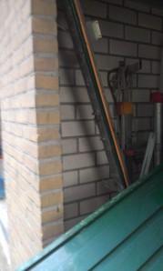 Zelfs de deurstijlen uit de muur.