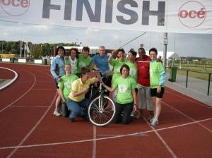 Ons damesteam in 2008 met 2 mannen als wegwijzers.